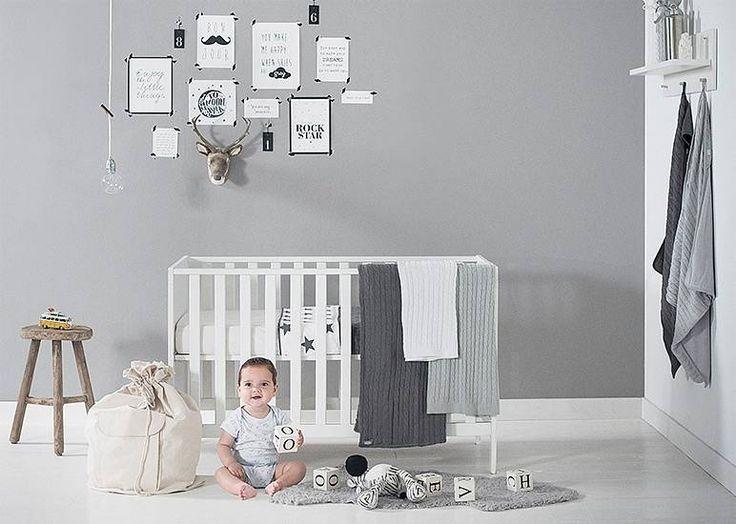 Babykamer in grijs met wit en zwart