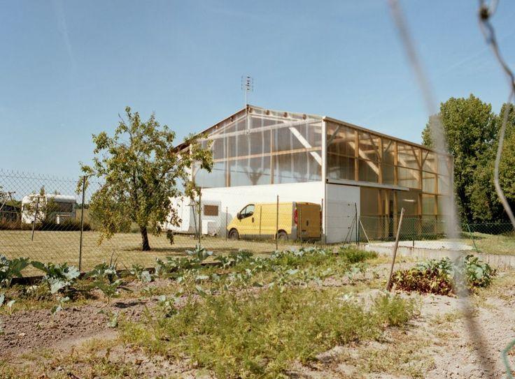 En Vendée, l'agence Claas Architectes conçoit une maison individuel pour un agriculteur au budget limité. Le système constructif simple intègre un volume d'habitation de plain pied à l'intérieur d'un plus vaste hangar aux parois translucides. Celui ci s'apparente à un entrepôt agricole, permettant un montage en kit par le client.