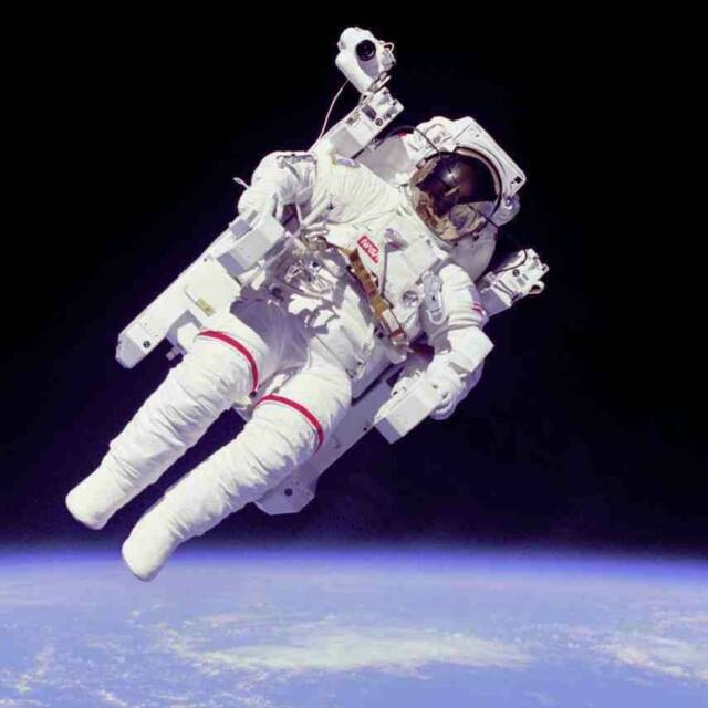 moon rock hunt and other astronaut party ideas: Bruce Mccandless, Spaces Shuttle, Information Technology, Nasa Photos, Fun Job, Spaces Walks, Army Soldier, United States, Outer Spaces