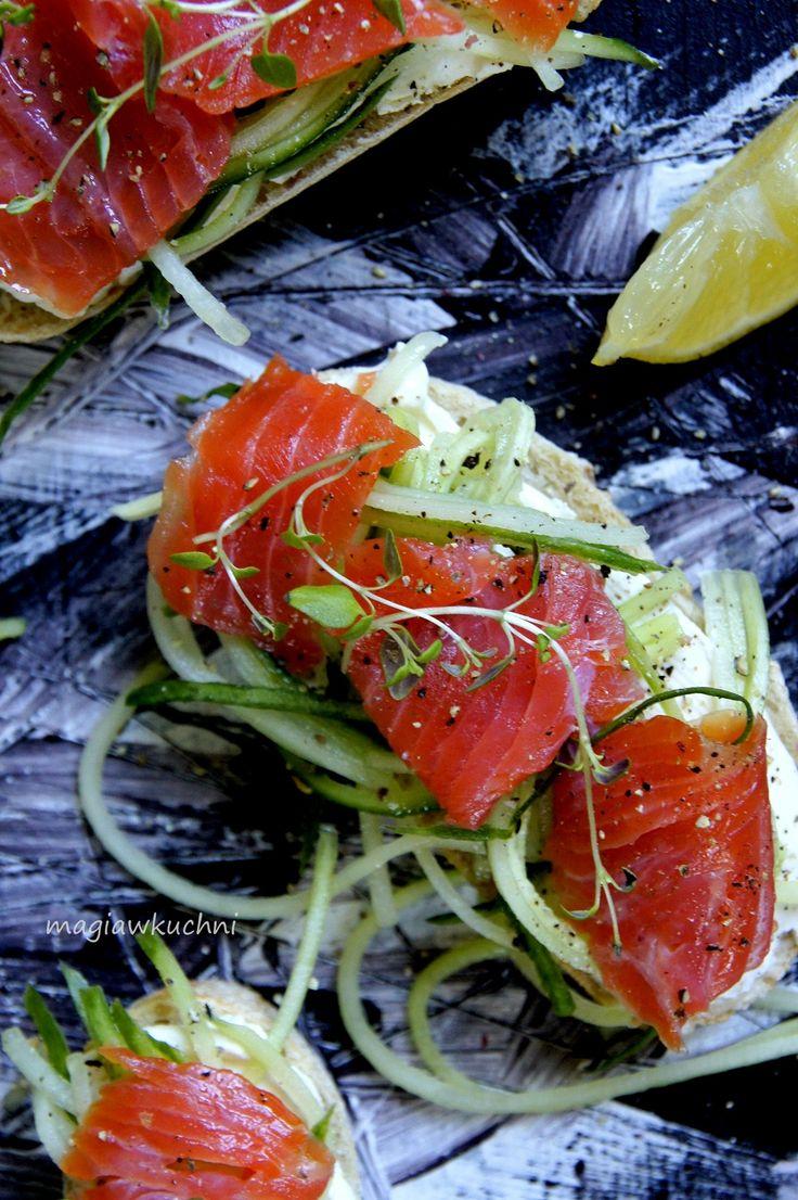 Sandwiches with salmon. / Kanapki z łososiem .