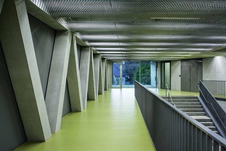 Não somos pisos vinílicos, somos pisos de borracha. Os pisos Nora são 100% de borracha, baseados em qualidade e sustentabilidade com mais de 300 variações de cores e design, totalmente ergonômico, certificação LEED, resistente a manchas, ao grande tráfego comercial e voltado para diversas aplicações. Instalação do piso de borracha noraplan unita no HCC Campus Center (HCC), University of Kasselem em Kassel.
