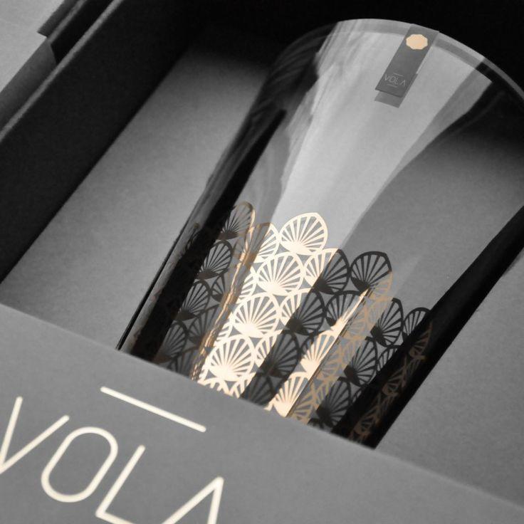 WAZON POZŁACANY 26CM Polska marka Vola to nowoczesny wygląd, proste formy oraz monochromatyczne zdobienia. Produkty zachwycają unikalnym wzornictwem oraz różnorodnością dekoracji – od subtelnych po wyraziste.