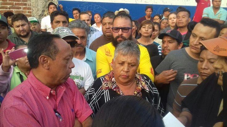 Los colonos de las calles Pensador Mexicano y Francisco Torres no están de acuerdo con que ahí sean reubicados los comerciantes que suelen instalarse los miércoles, sábados y domingos en ...