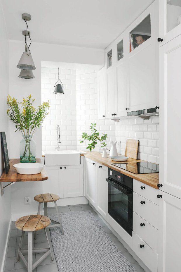 Kącik śniadaniowy urządzono w załomie ściany. Przycięty na wymiar blat przymocowano do ściany na zawiasach. Kiedy nie jest potrzebny, można go opuścić, żeby nie przeszkadzał w poruszaniu się po wąskiej kuchni.