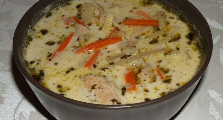 Przepis na zupę ragout z indyka z estragonem i warzywami: Bogata w smaki, bardzo obfita zupa z warzywami Julienne. Nadaje się jako pierwsze danie lub jako potrawa jednogarnkowa.