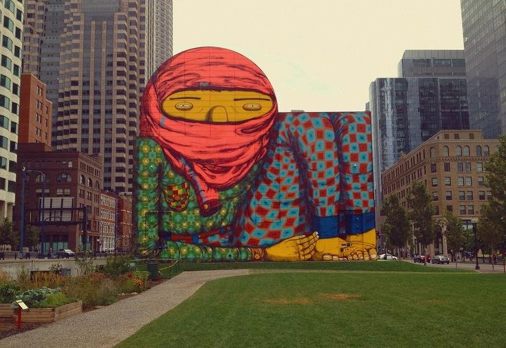 Traço inconfundível da dupla Os gêmeos começando a dar vida a um parque em Boston. O mural fica em exibição até novembro de 2013! Irado, né?