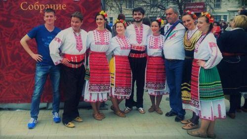 Болгарский хоровод на фестивале Времена и Эпохи. Собрание  Давайте вместе станцуем самый большой болгарский хоровод в России и поставим рекорд  так звучало предложение в одной из социальных сетей на странице Посольства Болгарии.  http://ift.tt/2tPrmw8