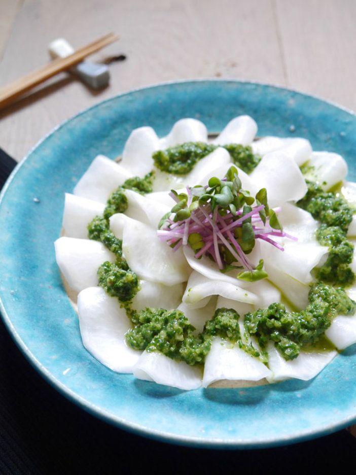 フレッシュのかぶにのせたグリーンソースは、かぶの葉をブレンダーで混ぜ合わせた技ありドレッシング!|『ELLE gourmet(エル・グルメ)』はおしゃれで簡単なレシピが満載!