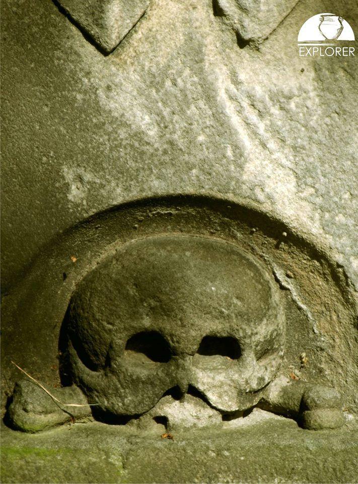 Fragment nagrobka przy kościele św. Marcina i Wincentego w Skórzewie.