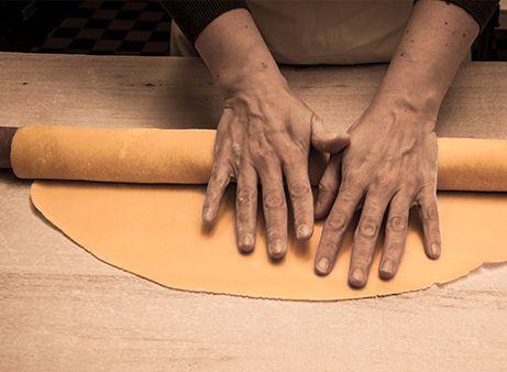 La sfoglia - Ingredienti per 4 persone: 400 g di farina tipo 00, 4 uova intere - Strumenti necessari: spianatoia,mattarello   Italiqa