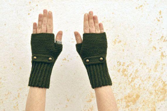 Ces jolies mitaines crochetées complètent parfaitement votre look élégant et moderne. Elles sont chaudes et commodes et lhiver vous ne devz pas les enlever quand vous vous servez de votre portable, porte-monnaie ou tablette.    Matériel: 50% laine; 50% acrylique  Soin: lavez à main, séchez à plat  Taille: M(16cm/6.4 le tour du poignet sans tendre le tricot)/ 18cm/7.2 est le tour de doigts. Si vous voulez commander dautres tailles, ayez en vue quelles sont proposées aussi en taille S(petite)…