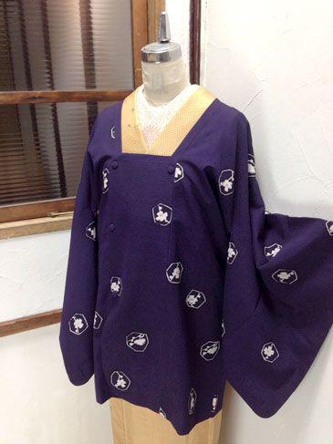 落ちついた紫の地に、梅の花枝を映すゆらぎのある水玉モチーフが染め出された小粋な紬の道行コートです。