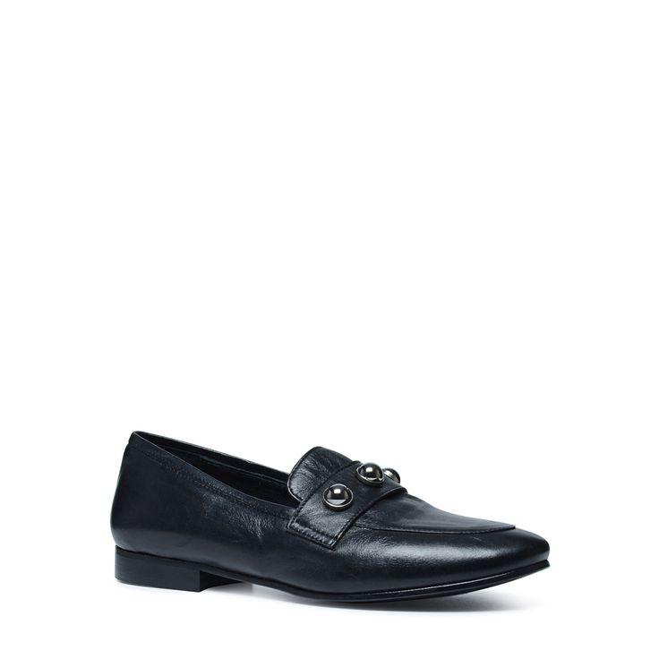 Zwarte loafers met parels  Description: Loafers zijn fashionableén comfortabel! De loafers hebben een studded detail op de bovenkant. De parels zijn mooi afgerond waardoor de schoenen zowel chique als stoer gedragen kunnen worden. Zowel de binnen- als buitenzijde is gemaakt van leer. Ga voor een chique look door de loafers te combineren met een pantalon of midi jurk. Liever een stoere look? Combineer de loafers dan met een denim jeans en leren jacket. De hakhoogte is 2 cm gemeten vanaf de…