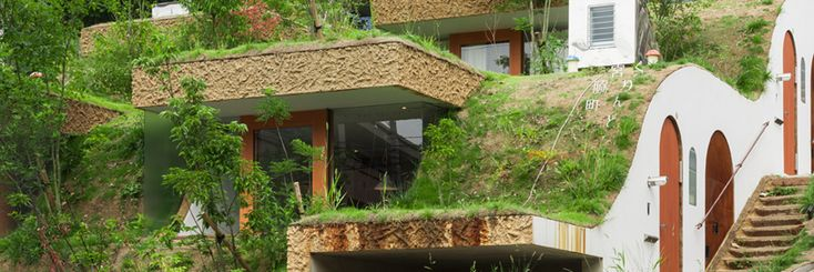 greened terraces form the roofs of the homes below, providing good thermal insulation and a stabilized internal temperature.