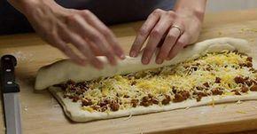 Zawinęła mielone mięso i ser w ciasto na pizzę. Efekt końcowy? Palce lizać!