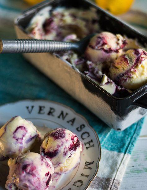 Sehr cremiges Lemon Curd Eis mit Blaubeer Swirl