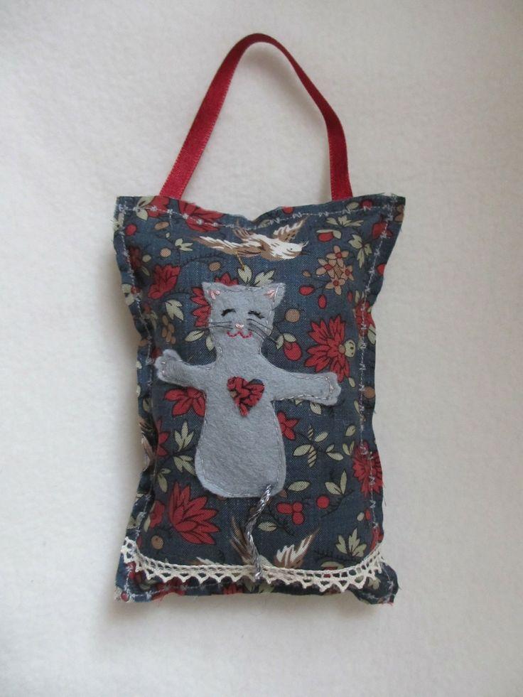 Coussinet bleu avec petit chat gris et coeur : Accessoires de maison par isabellenigel