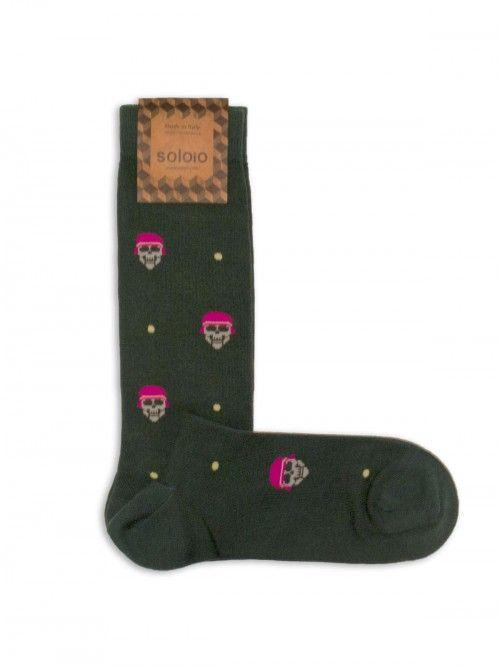 Calcetín de algodón en color verde, con calaveras. Los refuerzos en punta y talón, harán que estén siempre como nuevos. www.soloio.com #socks#mensocks#calcetines#calcetinesparahombre#menstyle#menshoes#manoutfit#outfitdetails#shoponline#sockstyle#mentrends#skulls#calaveras