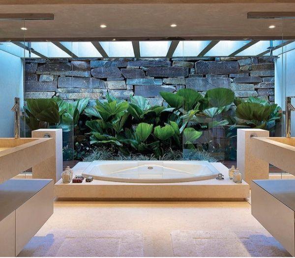 Jardim pequeno no banheiro. Fotografia: www.decorfacil.com.