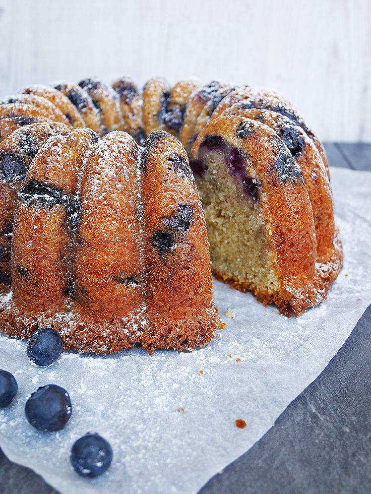 En tung och supersaftig mjuk kaka med citron och blåbär som håller i många dagar utan att bli det minsta torr!