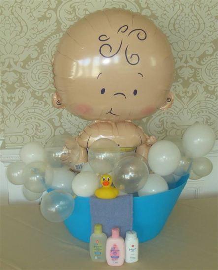 Para decoración de un baby shower, ¿Qué tal un globo metalizado con figura de un bebé dentro de una bañera? #DecoracionBabyShower