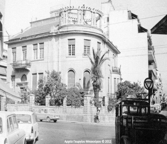 Έπαυλη με κυλινδρική γωνία στην οδό Κυψέλης και Λευκάδος, 1969. Νεοκλασικά κτίσματα οικοδομήθηκαν στο κέντρο της πόλης με την υπογραφή Ελλήνων και ξένων αρχιτεκτόνων, οι οποίοι ενέταξαν αρχιτεκτονικά ευρήματα της αρχαίας Ελλάδας. Πέραν από τους κίονες των αρχαίων ναών, πηγή έμπνευσης αποτέλεσαν δύο σημαντικά έργα: το κυλινδρικό μνημείο του Λυσικράτη και ο οκταγωνικός πύργος των Αέρηδων στην Πλάκα. φωτογραφικό αρχείο, Γεώργιος Μπακούρος