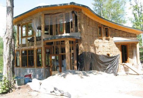 No es necesario ser un gran constructor para levantar una casa natural, basta con tener ciertas habilidades y pedir ayuda a asociaciones y colectivos que i