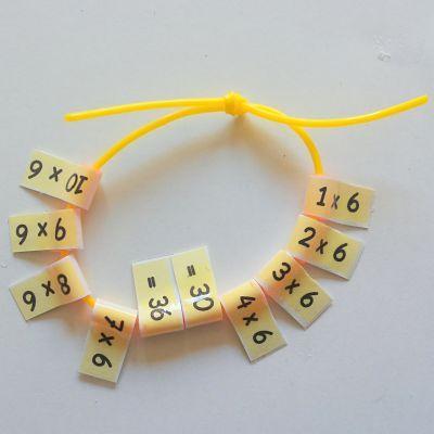 Als een kind moeite heeft met de tafels is het leuk een tafelarmbandjes te maken.