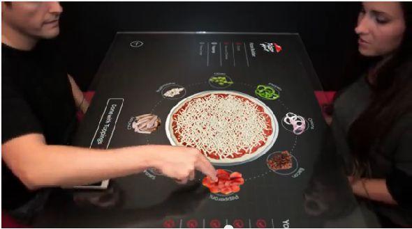Pizza Hut siparişleriniz için interaktif yemek masası üzerinde çalışıyor. Pizza Hut Kuruluşu ve Tarihi Kurucuları Konsept interaktif pizza sipariş masası