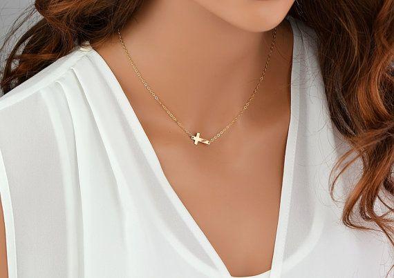 Dainty Kreuz Halskette, Gold Kreuz Halskette, zarte Halskette, seitwärts Kreuz Halskette, kleine Kreuz Halskette  Dieses zarte Kreuz kann leer oder gehämmerten belassen werden.  > DETAILS <  -17 x 10 mm Kreuz -Glänzend polierte Oberfläche (oder Satin gebürstet, falls gewünscht) -Zarte aber sehr starke Kette und Feder-Verschluss -Alle Komponenten 100 % Sterlingsilber, 14k gold gefüllt, Rosé-Gold gefüllt - Qualität Stücke aus den USA -Jedes Stück kommt mit seinen eigenen Geschenkpapier  &...