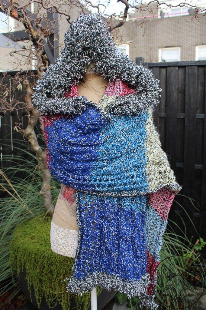 Gebreide+sjaal+met+aangebreide+capuchon,+in+diverse+tinten+met+een+lurex+draadje+(glinster+draadje).+Afgewerkt+met+krulletjes+franjes.