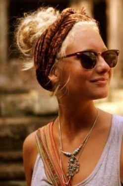 Festivalkapsels: het festivalseizoen is volop aangebroken en sinds Coachella ben ik helemaal in de ban van wat meer bohémien festivalkapsels. Het is hét moment om te experimenteren met wat minder alledaagse kapsels omdat je er op een festival gewoon lekker mee wegkomt. Dus: maak je borst maar nat voor pastel haarkleuren, felle haarkleuren, allerlei leuke…
