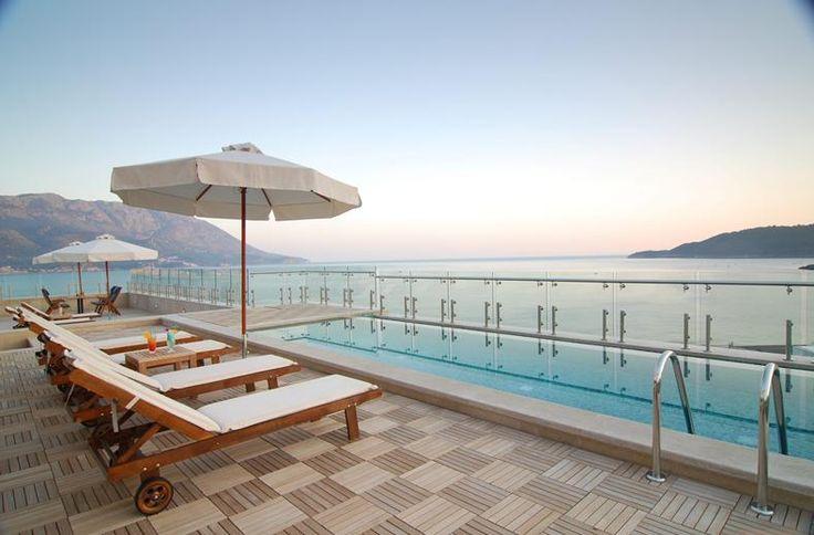 Het luxueuze 5-sterrenhotel ligt aan een lang zandstrand in het hart van Bečići. Op slechts 2 km van de oude binnenstad van Budva. Het beschikt over een beste wellnesscentrum in Budva, met o.a. verwarmd binnenzwembad, sauna's, hot tubs en stoombaden. De elegant ingerichte kamers zijn zeer ruim en van alle gemakken voorzien. Er zijn diverse restaurants. Je kunt gebruikmaken van het privézandstrand met ligstoelen en parasols. Bij het zwembad worden de hele dag drankjes en snacks geserveerd.