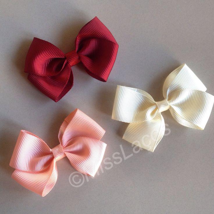 Muito, muito, muito charme! ❤️ Laço Modelo Delicado! Nas cores vermelho bordô, rosa salmão e pérola!  Disponível na faixinha ou na presilha bico de pato!  Por $12,00 cada!  Na loja virtual: www.misslacos.tanlup.com No whatsapp: (22) 98148-0768  #misslacos #babygirl #lacoparabebe #menina #laco #laço #lacos #lacinho #lacinhos #acessorioinfantil #acessoriosinfantis