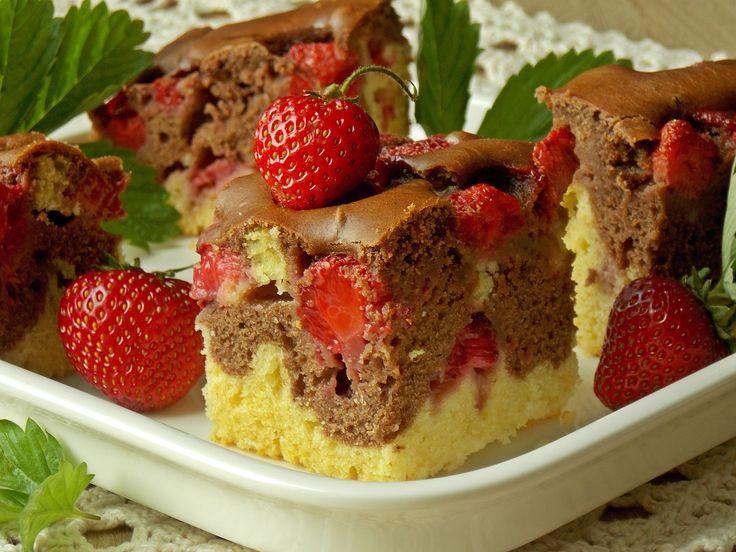 """Najsmaczniejsze i najprostsze ciasto z truskawkami na bazie maślanki. Wilgotne i miękkie, a jego przygotowanie odbywa się na zasadzie """"wymieszaj składniki"""". Jest tak szybkie, że postano…"""