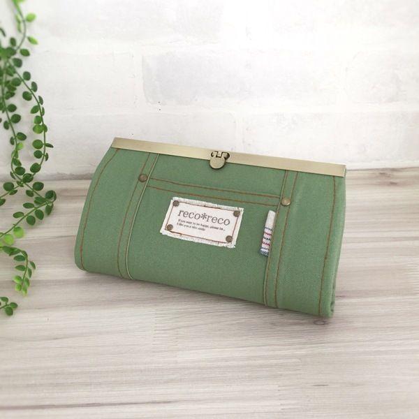 11号帆布生地を使用した「reco*reco」オリジナルデザインの長財布。爽やかなリーフグリーン色がカジュアルな雰囲気です。  内布にはナチュラルな生成りとネイビーの星柄がキュートです。  ファスナー小銭入れ1つ、カードは12枚収納可能。 お札入れに仕切りを付けました。 ●カラー:緑・生成り・紺●サイズ:縦10.7cm  横19.7cm●素材:綿生地・綿麻生地・金具●注意事項:ハンドメイドの為、至らない所も在るかとは思いますが、風合いとして楽しんで頂けましたら幸いです。商品の色は、ディスプレイやモニターなどによって差異が生じることがあります。ハンドメイド品をご理解頂けない方、または、神経質な方は、申し訳ありませんがご購入をお控え下さいますようお願い致します。●作家名:reco*reco#口折れ金具タイプ #ファスナー #ジップ #財布 #長財布 #布雑貨 #カード入れ #小銭入れ #通帳入れ #ロングウォレット #布製 #薄いのにたくさん入る #スマート #ロングタイプ #かわいい #大人可愛い #おしゃれ #個性的 #レディース #多機能 #仕切り #収納力抜群…