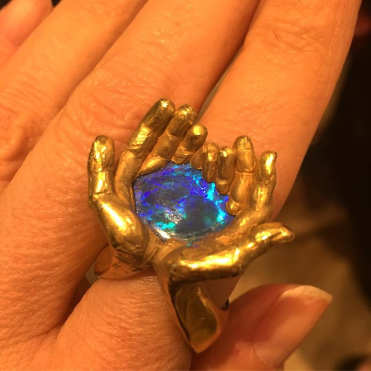 252 отметок «Нравится», 7 комментариев — Jill Newman (@jillnewman) в Instagram: «Look who jumped on my finger at lunch @chopard @robbreport #chopard #animaljewelry #robbreport»