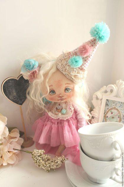 Купить или заказать День рожденья-грустный праздник в интернет-магазине на Ярмарке Мастеров. Куколка из грунтованного текстиля. Выполнена по новой выкройке- совсем маленькая 23 см, ножки подвижны. ручки лепные от локтя. Смешное круглое пузико, которое не совсем скрывает просвечивающее нарядное платье. Колпачек и заколка снимаются, остальное нет.