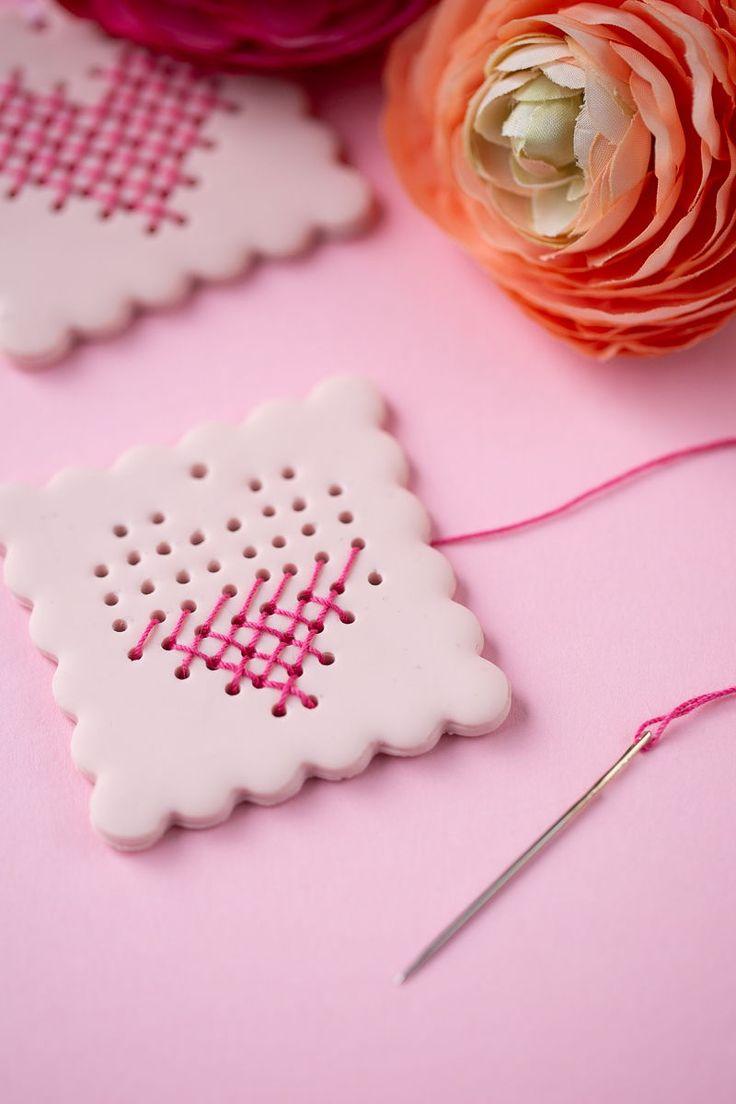 Kreative DIY Idee zum Selbermachen. Herzen sticken mit Fimo als Geschenkanhänge...