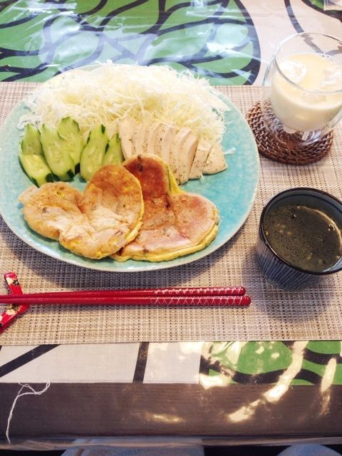 朝:サラダ(キャベツ・キュウリ・ハーブチキン1/2個)      ほうれん草のオムレツ      ワカメスープ      無調整豆乳1杯