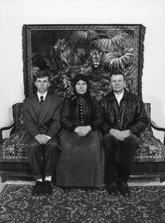 Korniss Péter : Férj, feleség és fiuk a tisztaszobában. Szék, 1997