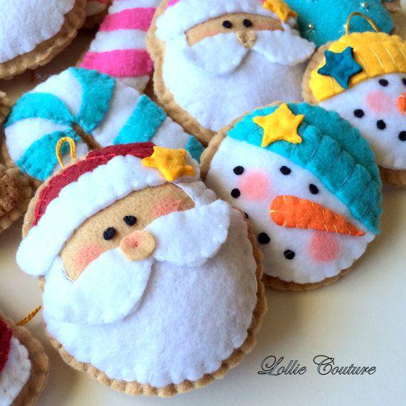 Fieltro adornos de Navidad - juego de 3 UNA SANTA, UN muñeco de NIEVE y UN BASTÓN de CARAMELO MODERNO por Lollie Couture MADE IN USA ¡Adornos de Navidad moderno diseñado para añadir elegancia y estilo rico a tus vacaciones! ADORNOS SE VENDEN EN SETS DE 3 UNA DE CADA ESTILO ORDEN ANTES QUE SE AGOTEN RÁPIDO! =) Hecho a mano de primera calidad 100% USA había hecho premium seda suave relleno con un montón de detalles y capas de fieltro de lana suave. Personalizados bordados mano costura a trav