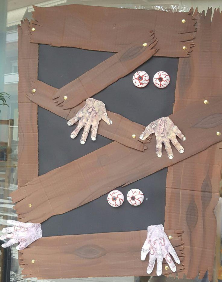ventana hallowen con zombis dentro