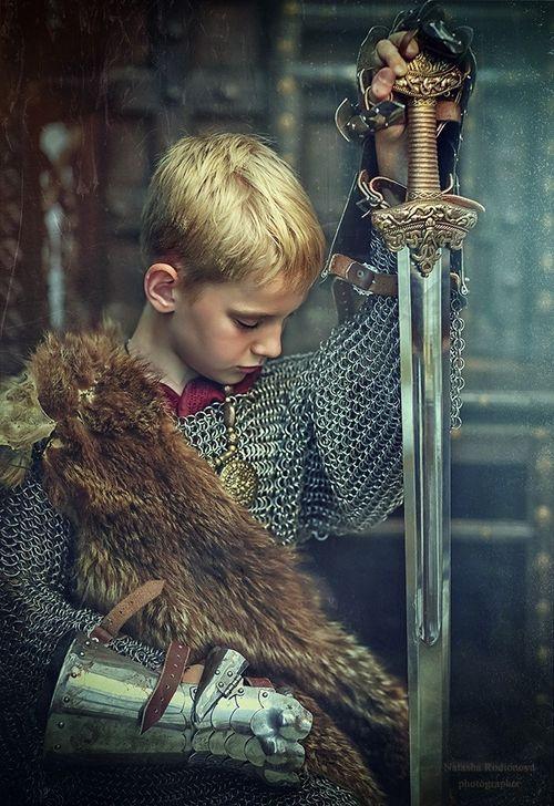 Un guerrero que va forjando su camino, en un mundo de encrucijadas, Pero es el orgullo del guerrero que lo hace elvarse hacia los reinos del mundo, es el corazón del joven el que abre la puerta del corazón de su pueblo.: