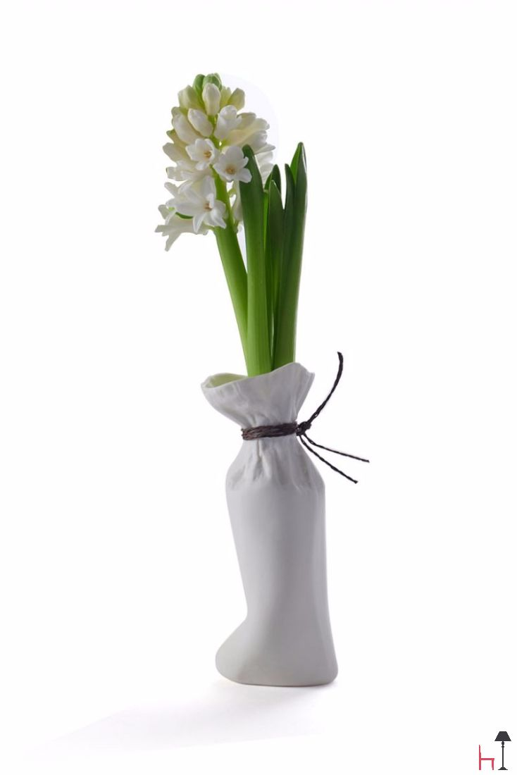 Create unusual flower compositions in any home space thanks to these ceramic flower vases in the shape of paper bags.