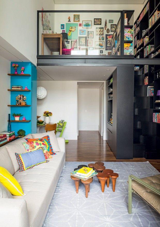 Pé-direito duplo e marcenaria sob medida: soluções no apartamento de 137 m²