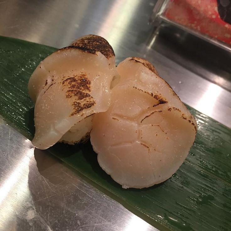 Broiled scallop sush #sushi #standsushibar #scallop #japanesefood #hotate #aburi  #yummy  #品川ランチ#品川駅 #寿司 #立ち食い寿司 #ホタテ #炙りホタテ #すし好き #和食 by liunai52