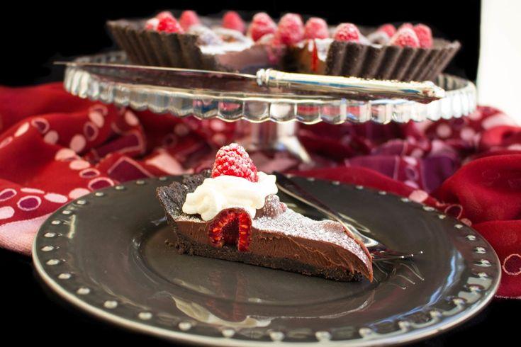 Den perfekta desserten att bjuda på! En ljuvligchokladpaj med hallon. Åh den är så god!! Ingen ugn behövs och du slänger ihop den ganska snabbt, så enkel att göra att den är omöjlig att misslyckas med. Du kan byta ut hallonen mot jordgubbar eller andra bär om så önskas. Vacker paj som är en given succé! Ca 12 bitar chokladpaj Pajskalet: 2 pkt oreo chokladkex med vit fyllning (ca 310 g) 110 g smör Fyllningen: 1 ask med färska hallon (ca 24 st hallon) 2 dl grädde (36%-40% fetthalt) 200 g…