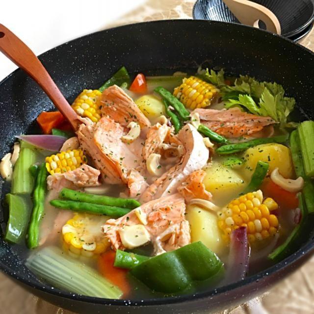 鮭のアラでポトフ 天然だし オイルと岩塩の優しいスープでほっこり チーとまリゾットへ/ふかر | SnapDish[スナップディッシュ] (ID:zrqqja)