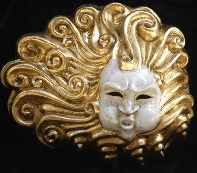 EOLO Maschera interamente realizzata a mano in cartapesta, dipinta a mano con colori acrilici e impreziosita da decori con foglia d'oro e stucco. Completa l'opera la tecnica della screpolatura (Craquelè...